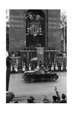 """Franco y Richthofen:  general Franco y Wolfram von Richthofen, comandante de la alemana """"Legión Cóndor"""" en el desfile de la victoria en Madrid. La Legión de Richthofen realizó bombardeos aéreos sobre las ciudades republicanas  en la guerra civil  y contribuyó tanto a la victoria de Franco.  """"Público salvaje"""",  'Viva Alemannia'"""", escribe Richthofen orgulloso de la celebración de la victoria en su diario."""
