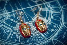 Brinco Homem de Ferro - epica bijuterias Geek Jewelry, Geeks, Metal, Geek Stuff, Drop Earrings, Christmas Ornaments, Holiday Decor, Iron Man, Diy Kid Jewelry