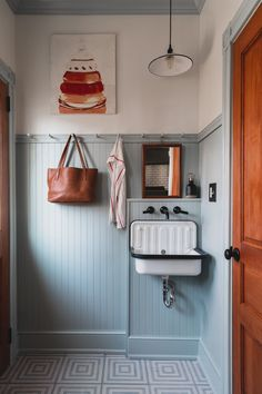 Above the Sink Lighting To give this laundry room a shaker-inspired décor, the designers behind Airy Kitchens embraced painted trim. Future House, Layout Design, Kitchen Interior, Kitchen Decor, Modern Farmhouse Kitchens, Custom Kitchens, Bathroom Colors, Interior Design Tips, Home Renovation