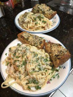 Homemade chicken Alfredo with homemade garlic bread - February 09 2019 at - Good - and Inspiration - Yummy Recipes Ideas - Paradise - - Vegan Vegetarian And Delicious Nutritious Meals - Weighloss Motivation - Healthy Lifestyle Choices Think Food, I Love Food, Homemade Chicken Alfredo, Food Porn, Food Goals, Aesthetic Food, Night Aesthetic, Food Cravings, Soul Food
