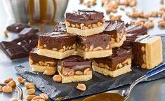 Jordnötter, kola och choklad – en oslagbar kombination! De klassiska snickersrutorna är barnsligt goda.