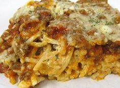 Baked Cream Cheese Spaghetti Casserole - the BEST baked spaghetti recipe! Spaghetti, garlic & cream cheese topped with a meat sauce and cheese. Casserole Recipes, Pasta Recipes, Beef Recipes, Cooking Recipes, Recipies, Recipes Using Pasta Sauce, Speggetti Squash Recipes, Casserole Spaghetti, Spaghetti Sauce