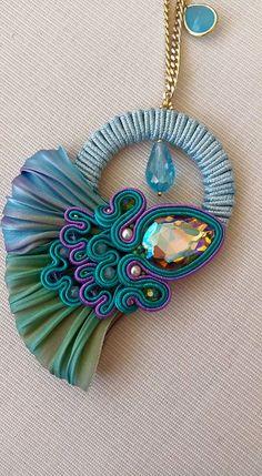 Ciondolo realizzato con la tecnica del soutache e la seta shibori! #collana #soutache #shibori #fattoamano