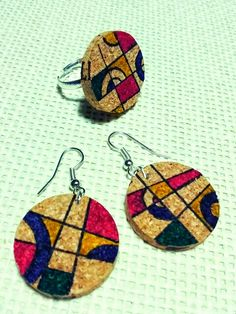 Pendientes y anillo de corcho Wine Cork Jewelry, Bottle Jewelry, Beaded Jewelry, Jewellery, Wine Craft, Wine Cork Crafts, Wooden Crafts, Cork Ornaments, Wine Charms