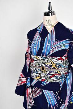 紺色地に、宵闇に輝く花火のような水玉シャワーの抽象パターンが染め出された注染レトロ浴衣です。