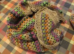 Шарф-шаль. Самый простой узор - 3 столбика с накидом + 2 воздушные петли. Ряды чередуются по цвету в произвольном порядке.