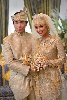 Princess Hafizah of Brunei's wedding, holding a bouquet made of diamonds !