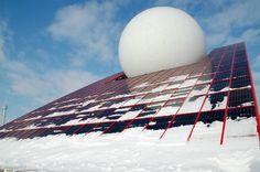 Le pavillon du Futuroscope, le tout premier du Parc, sous un manteau neigeux.