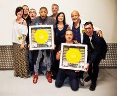 """Un piccolo disco d'oro per un grande successo: Pharrell Williams è super """"Happy""""!"""