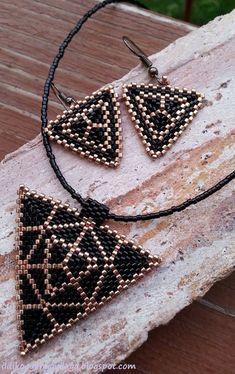 Ildikó& pearl world- Ildikó gyöngyvilága Ildikó& pearl world - Triangle Pattern, Bead Embroidery Jewelry, Beaded Embroidery, Peyote Patterns, Beading Patterns, Bead Jewellery, Beaded Jewelry, Beaded Earrings, Bead Weaving