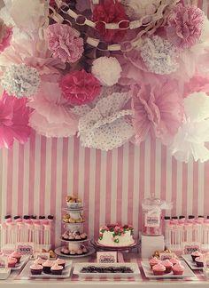 Buffet dulce en tonos rosas con una lluvia de pompones de diferentes estampados, ¿no os parece ideal para una boda romántica?