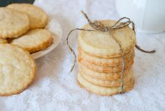 It's only 21 days before Christmas, and that means the cookie season is officially started. Every year I post a few cookie recipe so that you could treat your loved ones. I've decided that this year we'll begin with the classic shortbread cookies....
