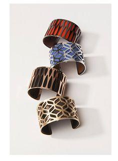 Les Georgettes est une collection de bijoux personnalisables avec des cuirs interchangeables. Elle est composée de bracelets permettant, en quelques secondes, de changer ou d'inverser la doublure de cuir amovible pour personnaliser son bijou selon sa tenue et son humeur. Pour cela, il suffit de choisir le motif (girafe, panthère, crocodile…), la taille (plus ou…