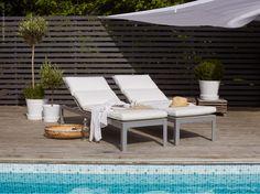 Olivträd, turkosblått vatten och sköna solsängar för lata dagar i solen. Möblera med stilrena FALSTER och krispigt vita inredningsdetaljer för en känsla av en lyxig semesterresort hemma vid poolen. FALSTER solsängar, KUNGSÖ dynor, DYNING soltak, INGEFÄRA terracottakrukor (här målade vita).
