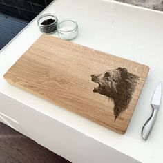 This hand-crafted oak chopping board featuring a powerful grizzly bear design is an ideal gift for any nature lover! If you love to cook and entertain, our chopping boards will serve with style and function. Oak Chopping Board, Wooden Chopping Boards, Bear Design, Entertaining, Cook, Nature, Gifts, Handmade, Style