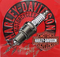 Harley Davidson - Bougie Allumage : Plaque décorative rétro en métal représentant une bougie d'allumage Harley Davidson. Idéal pour créer une décoration vintage mécanique dans un garage, un atelier de réparation ou même dans un diner.