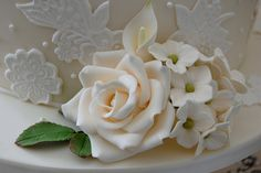 beautiful rose Sugar Paste Flowers, Edible Creations, Flower Tutorial, Tiered Cakes, Beautiful Roses, How To Make Cake, Cake Toppers, Fondant, Cake Decorating