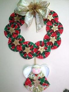 Mira como hacer coronas navideñas de CDs paso a paso con vídeo. Christmas Sewing, Christmas Art, Christmas Projects, Felt Christmas Decorations, Christmas Tree Ornaments, Christmas Wreaths, Cd Diy, Ornament Crafts, Christmas Crafts