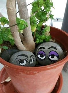 Peeking Eyes Rock Painting Idea - for flower pots in the house. - Peeking Eyes Rock Painting Idea – for flower pots in the house. J & # …, # flower pots - Pebble Painting, Pebble Art, Stone Painting, Painting Rocks For Garden, Stone Crafts, Rock Crafts, Arts And Crafts, Crafts With Rocks, Clay Pot Crafts