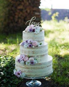 Tartas de boda sin fondant: Mejores ideas - Preciosa tarta de boda semidesnuda en color vainilla