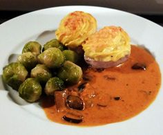 Rezept Schweinefilet mit Kartoffelhaube und Steinpilz-Rahm-Soße mit Gemüse nach Saison von Schirmle - Rezept der Kategorie Hauptgerichte mit Fleisch
