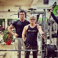 Sapete cosa c'è in comune tra Giorgio (il signore nella foto) e i numeri 5, 70 e 110 ?  Beh ve lo spiego subito... >>5 sono i giorni della settimana in cui si allena >>70 sono i suoi anni >>110 sono i kg che solleva in panca piana.  Non potevo non fare una foto in sua compagnia !! #instafit #motivation #fit #TFLers #fitness #gymlife #pushpullgrind #grindout #flex #instafitness #gym #trainhard #eatclean #grow #focus #dedication #strength #ripped #swole #fitnessgear #muscle #shredded #squat…