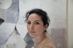 Reem è un'artista siriana rifugiata a Beirut. Insieme ad altre artiste a ristrutturato una struttura abbandonata e ne ha fatto un atelier. Ora dipinge, ma solo con colori scuri, perchè rispecchiano la sua disperazione.  © UNHCR/E.Dorfman www.unhcr.it/1family