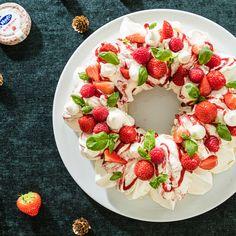 Wauw, Eton Mess, maar dan als kerstkrans! Maak je liever een klassieke Eton Mess? Verkruimel dan de meringue in feestelijke glazen en meng met de overige ingrediënten.