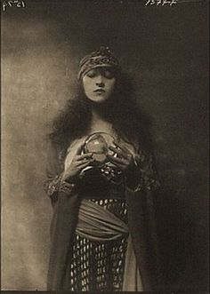 Old Mysterious Photos of Psychics And Fortune Tellers Vintage Gypsy, Vintage Witch, Look Vintage, Vintage Circus, Vintage Beauty, Vintage Images, Belle Epoque, Diy Bullet Journal, Fortune Teller Costume