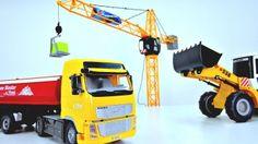 Мультик про машинки. Игрушки. Подъемный кран, грузовик и экскаватор строят небоскреб. http://video-kid.com/10225-multik-pro-mashinki-igrushki-podemnyi-kran-gruzovik-i-ekskavator-strojat-neboskreb.html  У Маши на полу настоящая стройка. Рабочие машины и подъемный кран строят высокий небоскреб из подарочной коробки и игрушечных кубиков. Грузовик уже везет нам кубики, а экскаватор поднимает и подвозит строительные материалы. Но как же поднять кубики на самый верх? Нам поможет Подъемный кран…