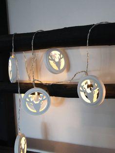 Veldig søt batteridrevet LED lysslynge fra Star Trading med 10 lys. Slyngen har transparent kabel med 10 lyspærer som bor hos hvert sitt reinsdyrhode laget av hvitt treverk. Slyngen kan stilles inn så den står 6 timer på og 18 timer av. Woodworking, Stars, Sterne, Carpentry, Wood Working, Woodwork, Star, Woodworking Crafts, Joinery