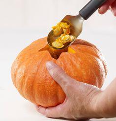 Dlabání dužiny dýně lžící Pumpkin, Vegetables, Halloween, Food, Pumpkins, Veggies, Vegetable Recipes, Meals, Butternut Squash