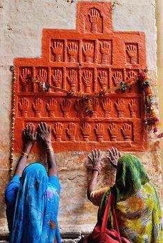 向血手印朝拜的印度婦女 Mehrangarh Fort, located in Jodhpur city in Rajasthan state, is one of the largest forts in India.Mehrangarh Fort, located in Jodhpur city in Rajasthan state, is one of the largest forts in India. Religions Du Monde, Cultures Du Monde, World Cultures, Rajasthan Inde, Goa India, We Are The World, People Of The World, Symbol Hand, Namaste