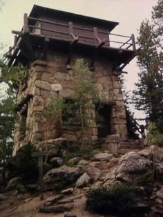 Image of Shadow Mountain Lookout in color Cob House Plans, Montana Lakes, Quonset Hut Homes, Small Castles, Cabin Porches, Australia House, Homestead House, Lookout Tower, Steampunk House