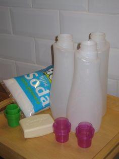 5l. gekookt water 5 eetl groene zeep of 80 g geraspte Sunlight 1 kop soda 1/2 stukje geraspte zeep van je favoriete geur erbij Goed doorroeren tot het oplost en 'papperig' wordt Nacht laten staan. Nog eens doorroeren. Giet over in lege wasmiddelflessen. Voila, 5 l wasmiddel voor nog geen 20 ct per fles! Ik heb het uitgetest; prima voor de bonte was!