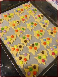 Shortbread biscuits christmas tree with smarties - NOEL - Fall Desserts, Christmas Desserts, Christmas Treats, Fall Snacks, Gingerbread Christmas Tree, Christmas Tree Cookies, Christmas Biscuits, Shortbread Biscuits, Christmas Baking