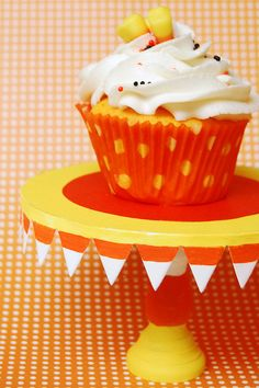 @KatieSheaDesign L♥O♥V♥E♥S❥❥  #Halloween #cupcakes I love anything candy corn related!  :-)