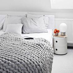 Coperta di Grande Punto di Ohhio fatto di lana merino fine (23 micron) Il nostro grande coperta è così grande, si può quasi perdersi in esso. Le maglie oversize grosso saranno tenere al caldo e rendere la vostra casa molto più bello. Ohhio coperta è semplicemente perfetto per una coppia. Si