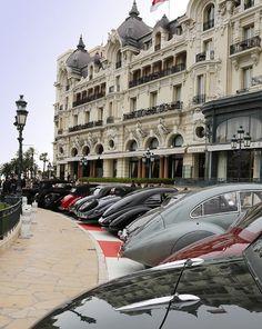 オテル・ド・パリ前のカジノ広場