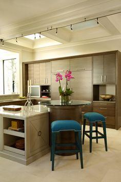 Barra y mesa redonda en la cocina!