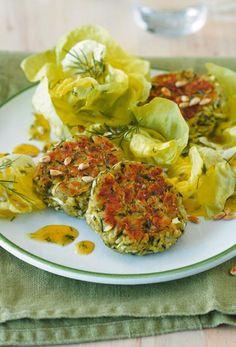 Zucchini-Buletten: Schön saftig - und mit Thymian und Parmesan wunderbar würzig. Dazu passt Kopfsalat mit Dill-Senf-Dressing.