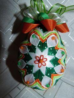 Vajícka sú vyrobené na polystyrénových vajíčkach technikou falošný patchwork zo stužiek..... Farebnost si môže každý vybrat sám... cena je za 1 kus......