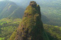 Mitten in der Wildnis Indiens, nicht weit von Mumbai, erhebt sich eine steile Felsnadel mit einer Festung auf ihrer Spitze: die Kalavantin Durg.