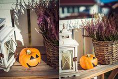corbeille en osier avec fleurs, lanterne blanche et petite citrouille orange aux yeux noirs dessinés