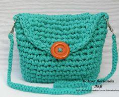 VE03. Bolso Verde Esmeralda para llevar colgado del hombro. Esta forrado con dos bolsillos interiores.