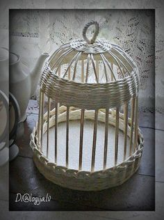 Risultati immagini per gaiolas em jornal Flax Weaving, Paper Weaving, Basket Weaving, Newspaper Basket, Newspaper Crafts, Paper Furniture, Wicker Furniture, Rattan, Magazine Crafts
