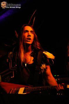 NEONFLY en Navarra, España. Contaron con un excelente sonido de inicio, tónica que en todas las bandas jugaría un papel favorable, y cuajaron una gran actuación. WWW.RAFABASA.COM - Noticias en español sobre el heavy metal y los grupos de heavy metal. #guitarra #bands #música #banda #rock