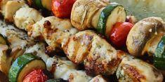 Souvlakis au poulet à la grecque et riz au citron - Recettes - Ma Fourchette Cordon Bleu, Kfc, Parfait, Barbecue, Sausage, Chicken Recipes, Food And Drink, Cooking, Food Ideas