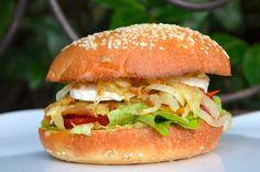 Un hamburger maison végétarien, plus sain qu'au fast-food mais vraiment meilleur! Ingrédients pour 4 personnes: 4 pains à hamburger 4 röstis 1 œuf 1 gros oignon 1/2 buche de chèvre salade verte 1 tomate tapenade noire huile d'olive Sel, poivre Préparation...
