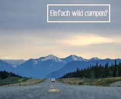 Camper auf einer Sraße in Richtung Berge Wilcamping mit Paulcamper